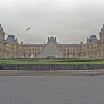 Der Louvre mit der charakteristischen Glaspyramide